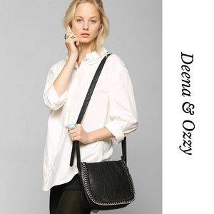DEENA & OZZY UO CHAINED SADDLE BAG IN BLACK